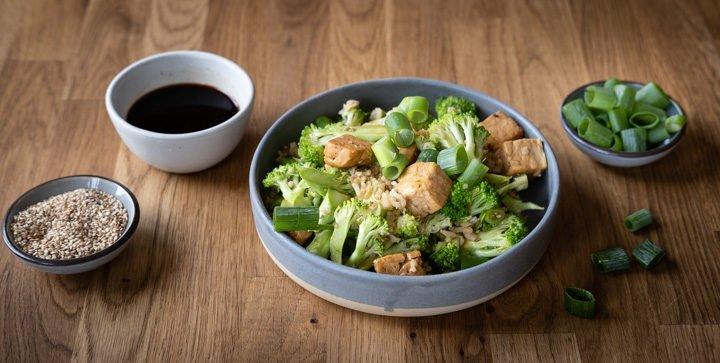 Titelbild: Ein Teller gebratener Reis mit Brokkoli und Sesam-Tofu