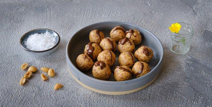 """Titelbild: Vegane """"Wie-Snickers-Kugeln"""" aus Haferflocken, Erdnüssen, Datteln und Salz"""