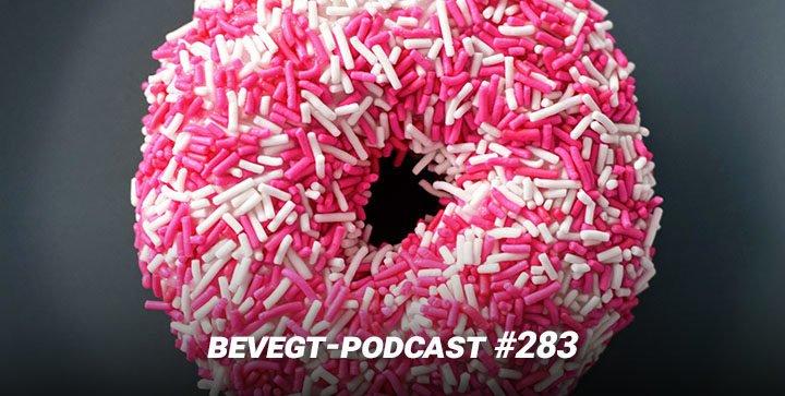 Ein Donut mit weißen und rosa Zuckerstreuseln
