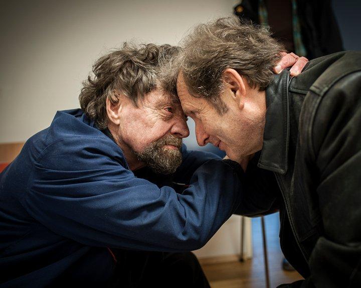 Gerhard Trabert umarmt einen obdachlosen Mann