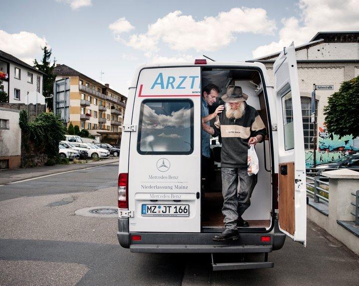 Gerhard Trabert verabschiedet einen Mann aus seinem Arztmobil