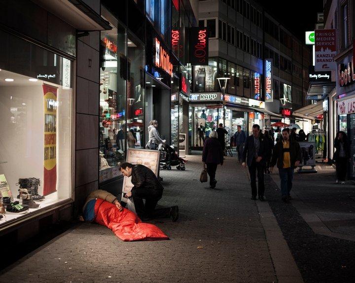 Gerhard Trabert spricht mit einem Wohnungslosen in der Mainzer Innenstadt